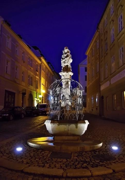 cheb - cechovní kašna v kamenné ulic (václav fikar)