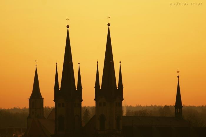 Chrám sv. Mikuláše v Chebu během prvního západu slunce roku 2020