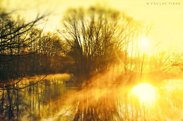Východ slunce za řekou